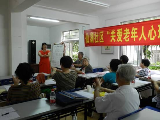 图为袁林老师解答社区老人的问题图片