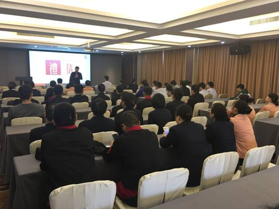 此次培训邀请了精英铭浩形象设计时尚教育基地形象设计总监陈冠铭